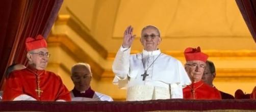 El Papa Francisco saluda a los fieles