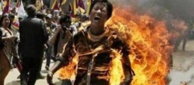 Adolescentă bătută și arsă de vie