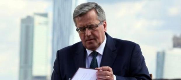 Bronisław Komorowski podpisuje ustawę