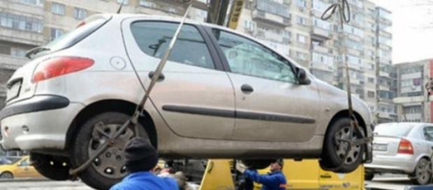 Mașinile parcate neregulamentar nu se mai ridică