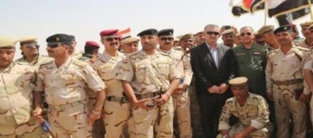 Militari irakieni în jurul ministrului Apărării