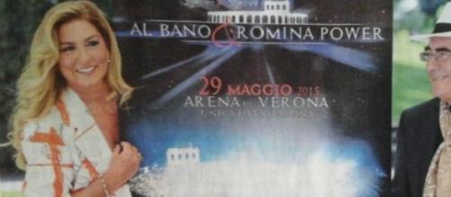 Albano e Romina con la locandina dell'evento