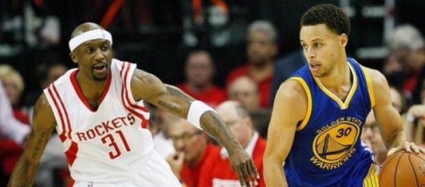 Curry salió lesionado por un golpe en la cabeza