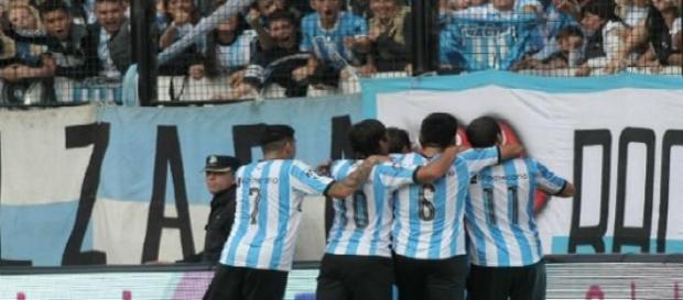 Los jugadores festejan el gol con la tribuna