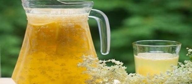 Preparați singuri acasă un suc de soc