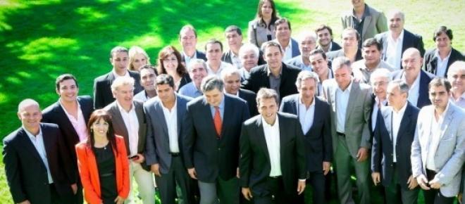 en la foto incluye a la mayoria de candidatos de la oposicion, junto a Sergio Massa se encuentra Roberto Basualdo uno de los principales opositores y que ya en dos oportunidades fue derrotado por Gioja en elecciones anteriores.