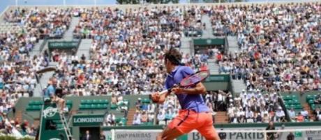 Roger Federer numa imagem sublime de Roland Garros
