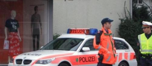 Policías suizos custodian durante un operativo