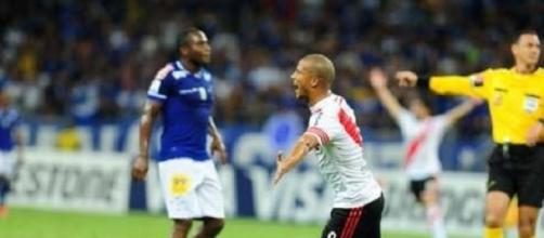 Carlos Sánchez, festejando el 1 a 0