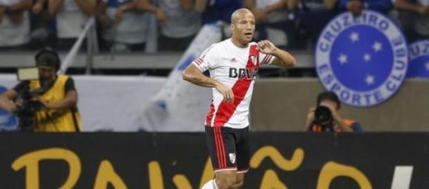 Carlos Sánchez abrió la cuenta en la victoria