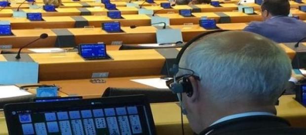 Janusz Korwin-Mikke pogrywa w PE