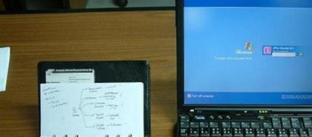 La notebook en el escritorio de trabajo