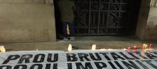 Pancarta de apoyo a víctimas de abuso policial