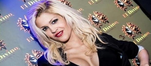 Ylenia posa en el photocall de un club nocturno