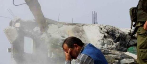 un hombre presencia la destrucción de su casa