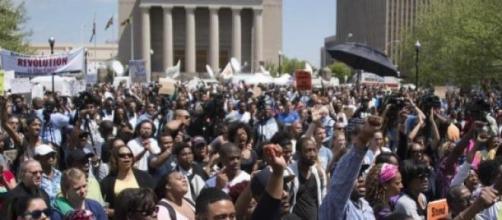 Des milliers de personnes veulent la justice.