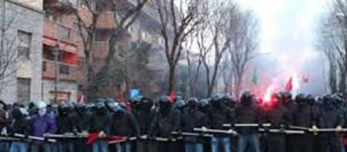 Lo schieramento dei black bloc a Milano