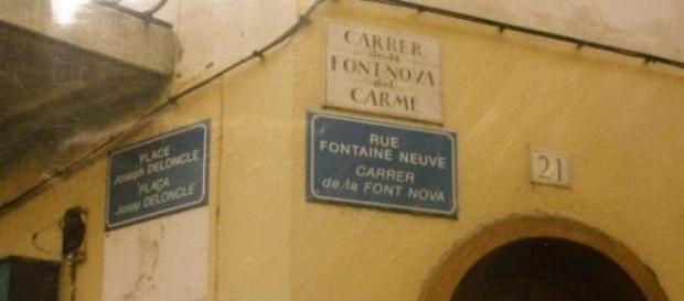 Calle de Perpignan con rótulo en catalán y francés