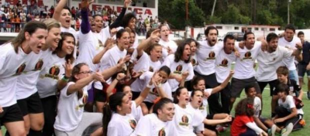 Festa das atletas após conquista do troféu