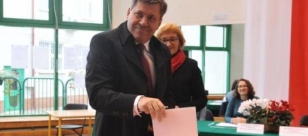 Lider PSL oddaje głos (fot. tygodnikpowszechny.pl)