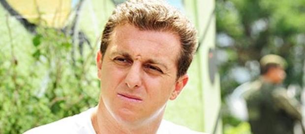 Luciano Huck acaba com marca de camisetas