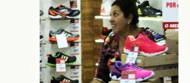 Regina Casé relaxa e compra sapato de R$ 100