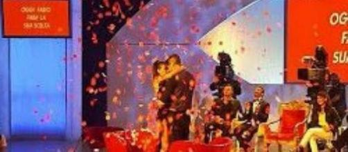 Uomini e Donne, Fabio e Nicole si abbracciano.