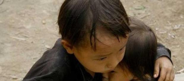2 bambini si abbracciano dopo la calamità naturale