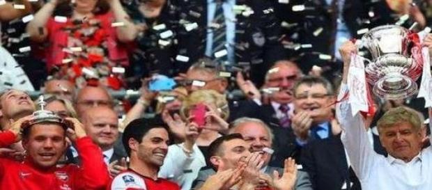 Arsene Wenger cu trofeul de anul trecut.