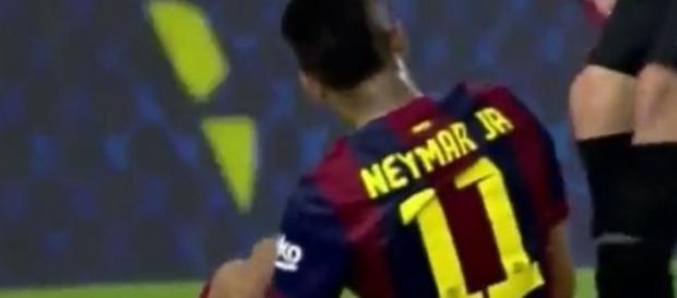 Neymar é derrubado após tentar driblé