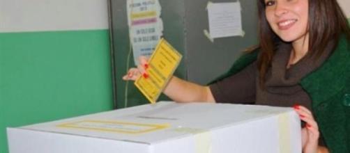 Italicum, giovane elettrice alle urne.