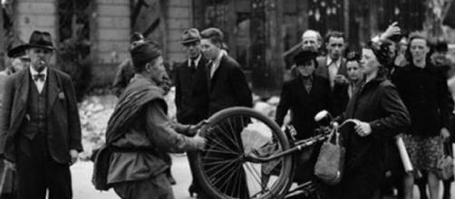 Un soldado soviético tratando de robar a una mujer