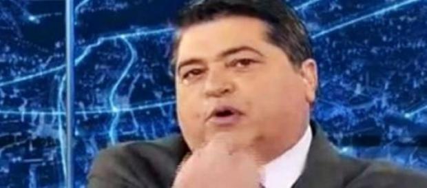 Datena reclama de apresentadores em pé na Globo