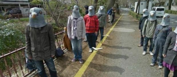 Um grupo de humoristas com máscaras de pombo