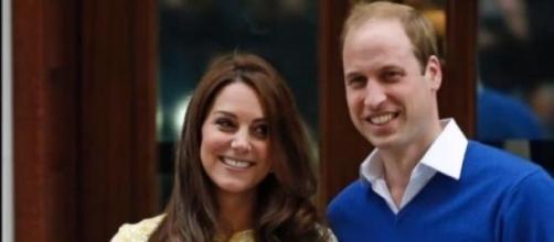 Duques de Cambridge apresentam a nova Princesa