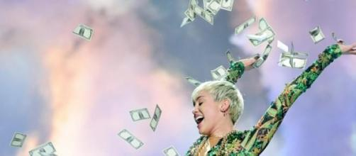Miley Cyrus a atirar notas em concerto