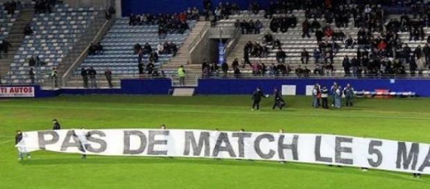 Banderole demandant l'arrêt des matchs le 5 mai