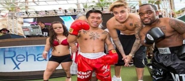 "Bieber posa com ""mini Floyd"" e ""mini Pacquiao"""