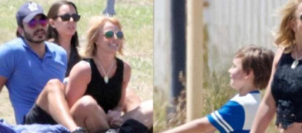 Britney Spears radiante com a família