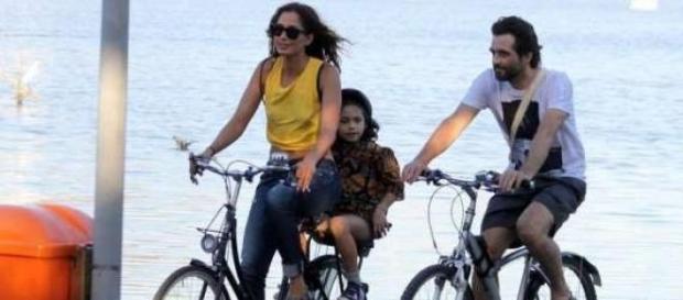 Camila Pitanga em passeio de bicicleta em família
