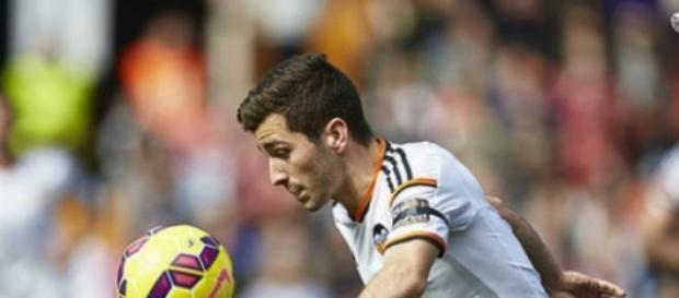 Gayá disputa el balón en un partido en Mestalla.