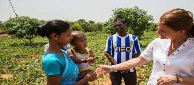 Indiano com camisola do FC Porto e do Benfica.