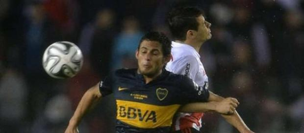 Marcelo Melli em disputa de bola.