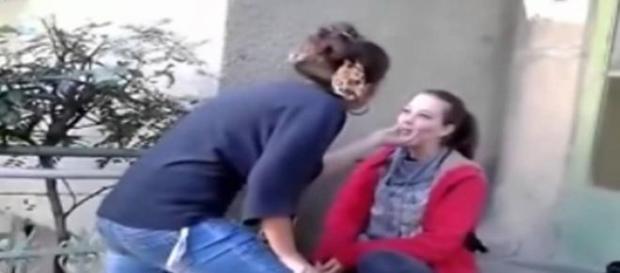 O umileste in fata prietenei care filmeaza tot