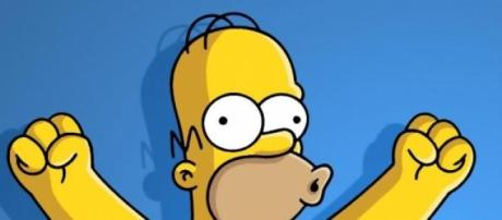 Homero celebra la longevidad de la serie en la Tv.