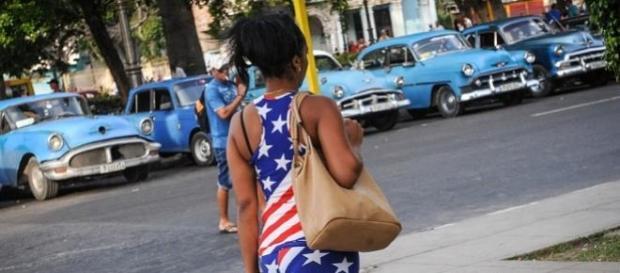 Una donna passeggia a Miami