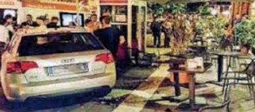Auto travolge bar tavolini e clienti a Messina