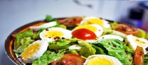 Insalata di verdure crude e uova