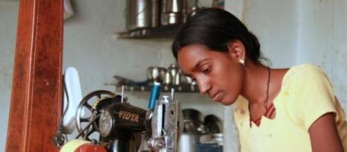 Mujer trabajando en un taller de comercio justo
