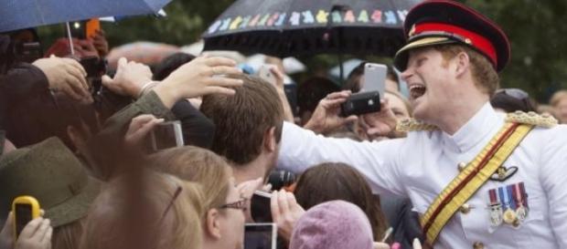 Harry a cumprimentar as pessoas.